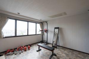 タイル調のフロアタイルで、寝室をトレーニングルームにする洋室リフォーム事例/京都市西京区