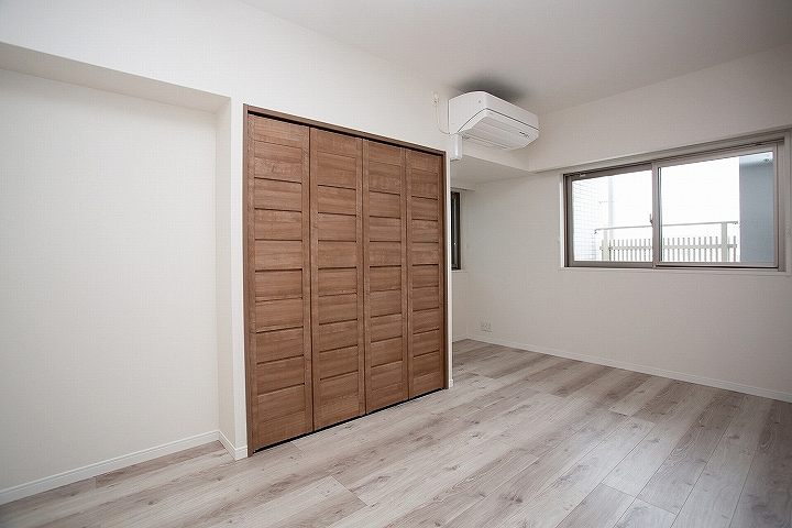 クローゼットもドアも!高級感のある洋室リフォーム事例/大阪府