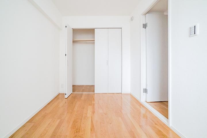 クローゼットもドアもやり替え!マンションの5畳洋室リフォーム事例
