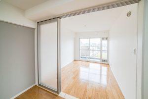 採光性のある引き戸も設置!カーペットの6畳洋室リフォーム事例