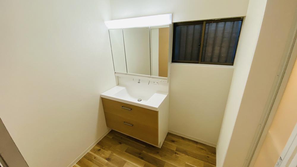 タイルの壁もクロス仕上げに!幅100センチの洗面台リフォーム事例/京都市西京区