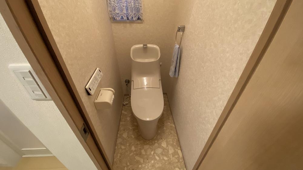 入り口ドアも交換!スタイリッシュなトイレへのリフォーム事例/京都市左京区